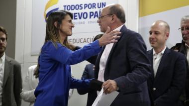 La ministra de Educación Yaneth Giha y Carlos Rivas, presidente de Fecode.