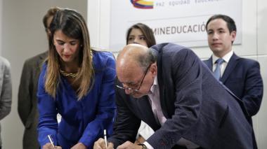 La ministra Yaneth Giha y el presidente de Fecode Carlos Rivas, tras el anuncio del cese del paro.