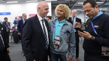 Carlos Valderrama con el presidente de la Fifa, Gianni Infantino, antes del partido México-Portugal, en Kazan, Rusia.