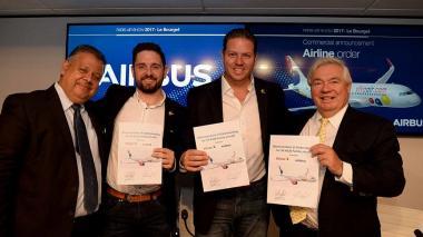 Directivos de Viva Air tras la forma del memorando con Airbus en París.