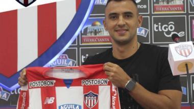 Marlon Piedrahita con la camisa del Junior.