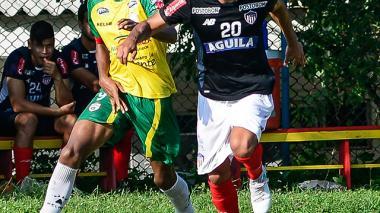Piedrahíta cubriendo el balón ante la marca rival.