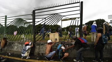 Venezolanos marchan hacia cuarteles de la base militar La Carlota