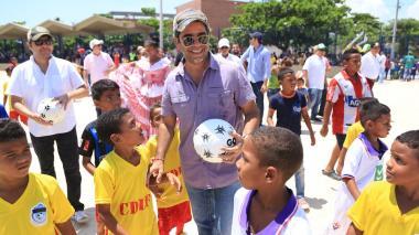 En Las Flores, alcalde entrega parque y cancha para 15.000 personas