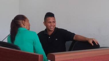 Jean Piere Castaño dialogando con su abogada antes de iniciar las audiencias.