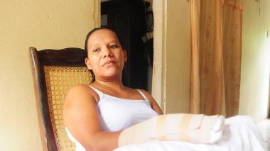 La víctima, sentada en la sala del hogar de su hermana, aún se recupera de las heridas.