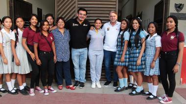Estudiantes en compañía de Dagoberto Barraza, secretario de Educación del Atlántico.