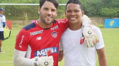 Carlos Bacca posa con el arquero y capitán del Junior, el uruguayo Sebastián Viera.