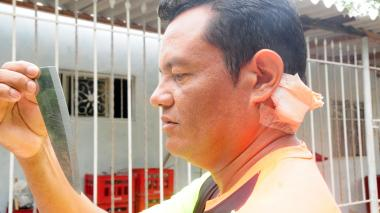 Obed Barrios García sostiene la hoja del cuchillo con el que fue atacado.