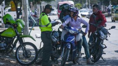 La Policía de Tránsito pide documentación a motorizados en la calle 72.