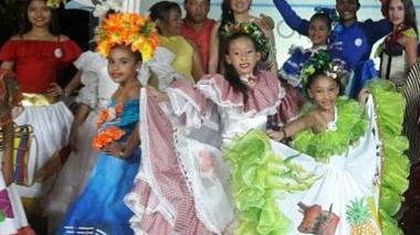 Niños muestran sus vestidos típicos en la cuarta galería María Varilla.