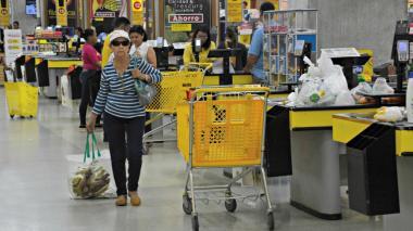 Compradora lleva su bolsa de tela ecológica.