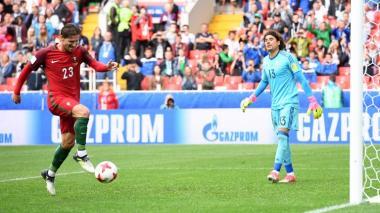 Memo Ochoa observa al jugador de Portugal Adrien Silva, en medio de la prórroga del juego.