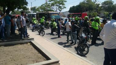 Una gran cantidad de personas se aglomeraron en el lugar del enfrentamiento entre los conductores y la Policía.