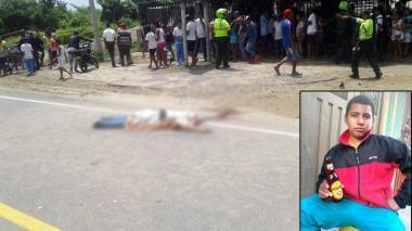 Decenas de curiosos llegaron al lugar para observar el cuerpo de la víctima del fatal accidente.