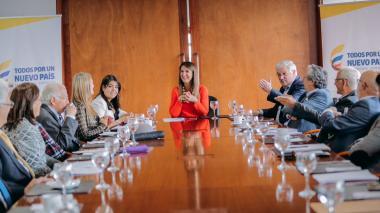 La ministra Yaneth Giha reunida con la comisión académica.