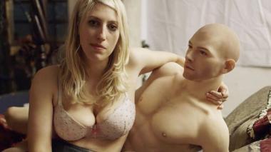 El muñeco de silicona Gabriel y la sexóloga inglesa Karley Sciortino, columnista de 'Vogue' y 'Vice'.