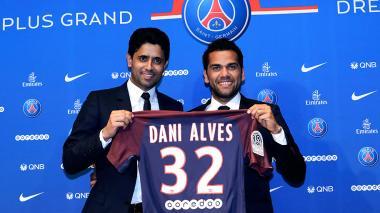 Dani Alves firmó por dos años con el París SG
