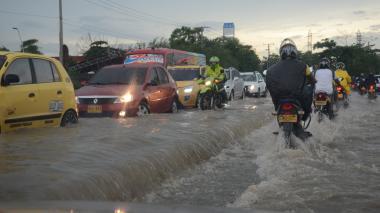 La calle 30, a la altura del Hospital de la Universidad del Norte, resultó afectada por los desbordamientos de los arroyos, lo que complicó el tránsito vehicular hacia el aeropuerto Ernesto Cortissoz, que restringió sus operaciones en la mañana de ayer a causa del mal tiempo.