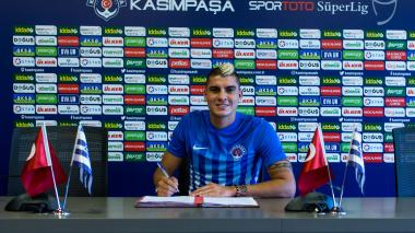 Michael Rangel firmando el contrato que lo unirá al Kasimpasa a préstamo durante un año.