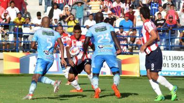 Acción del gol de Rafael Pérez en el estadio Municipal de Montería.