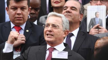 Uribe no se retracta y arrecia críticas a Samper Ospina