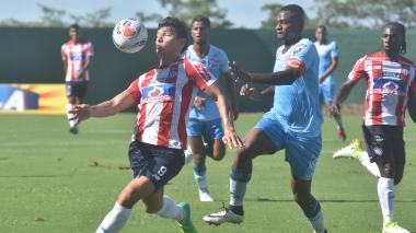 Roberto Ovelar cubre el balón ante la marca del rival.
