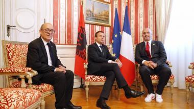 El primer ministro que usa tenis para reunirse con la élite política europea