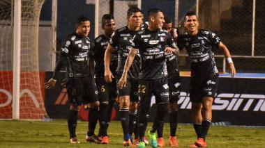 Los jugadores del Once Caldas festejan uno de los dos goles que anotaron contra Cali.