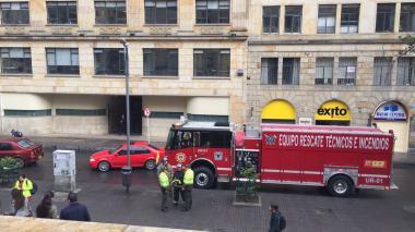 Aspecto de los bomberos frente al edificio de Mintic.
