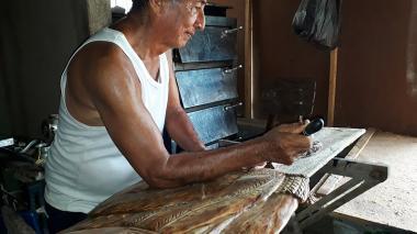 El guamalero que esculpe en madera la historia de Simón Bolívar