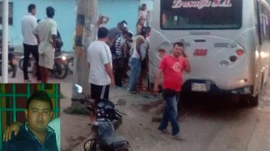 Estado en que quedaron la buseta y la moto que chocaron. En el recuadro, José María Colvas quien resultó muerto.