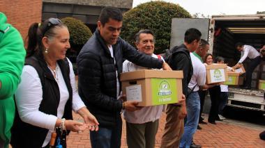 La cadena humana que entregó las cajas con firmas a la Registraduría Nacional, ayer en Bogotá.