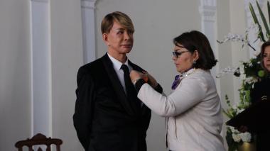 El estilista Norberto fue condecorado en medio de polémica