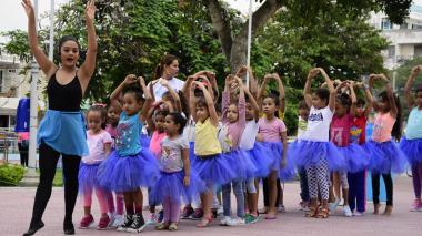 Momentos en que las niñas desarrollan la actividad liderada por una instructora de baile.