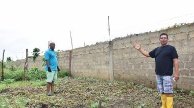 Cartageneros construyen un muro de 600 metros para su seguridad de su barrio