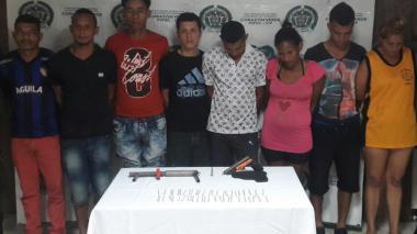 Los ocho capturados durante el operativo policial.