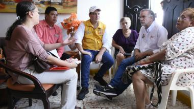 El superintendente de Servicios Públicos, José Miguel Mendoza, y el gobernador Eduardo Verano escuchan los problemas energéticos de Nury Rogríguez.