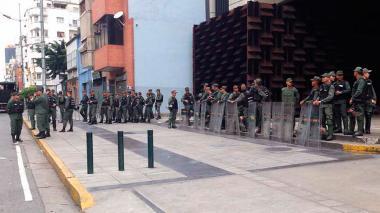 Militares apostados este sábado en la puerta de la Fiscalía de Venezuela con sede en Caracas.