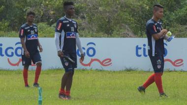 Yony González (centro) durante un entrenamiento de Junior en la sede Adelita de Char, en Sabanilla.