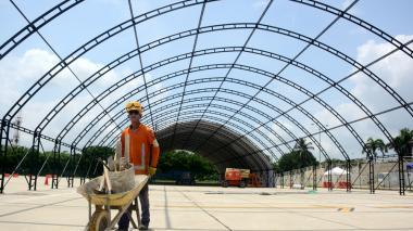 Un operario trabaja en la construcción de la carpa que será usada como terminal satélite. La estructura se levanta a un costado del edificio del aeropuerto, en el primer piso.