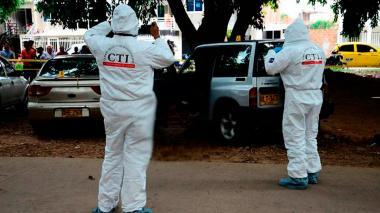 Agentes del CTI durante la inspección del cadáver.
