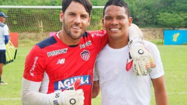 El arquero Sebastián Viera posa con Carlos Bacca en una de las visitas del porteño a la práctica del Junior.