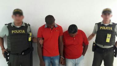 Los dos capturados durante la foto de reseña de la Policía.