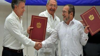 Juan Manuel Santos y Rodrigo Londoño, en Cuba.