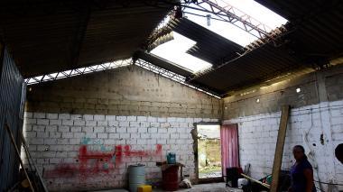 Una de las viviendas destechadas en Mundo Feliz de Galapa.