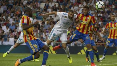 Jeison Murillo marcando a Karim Benzema.