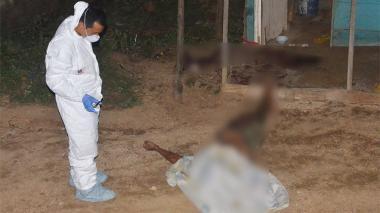 Autoridades realizan el levantamiento de cadáver.