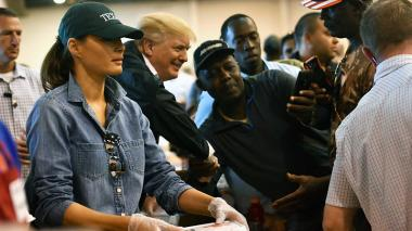 Donald y Melania Trump, en gorra y tenis, entregaron almuerzos en un albergue.