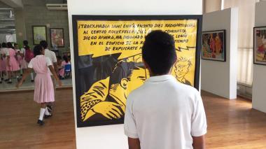 Un estudiante observa la obra de Álvaro Barrios.